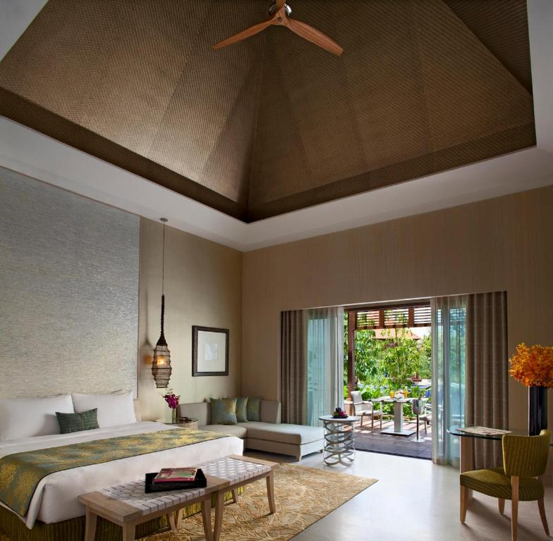 A seating area at Resorts World Sentosa - Beach Villas