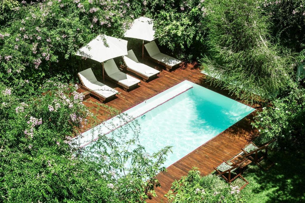 Uitzicht op het zwembad bij Home Hotel of in de buurt
