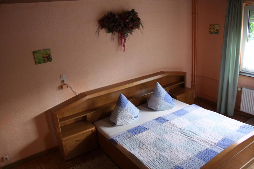 Ein Bett oder Betten in einem Zimmer der Unterkunft Mühlbachhof