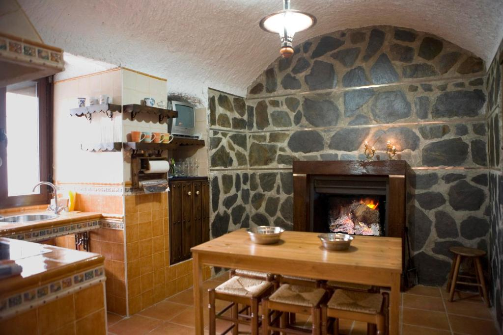 A restaurant or other place to eat at Cuevalia Alojamiento Rural