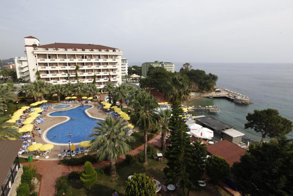 Uitzicht op het zwembad bij Aska Bayview Resort - All Inclusive of in de buurt