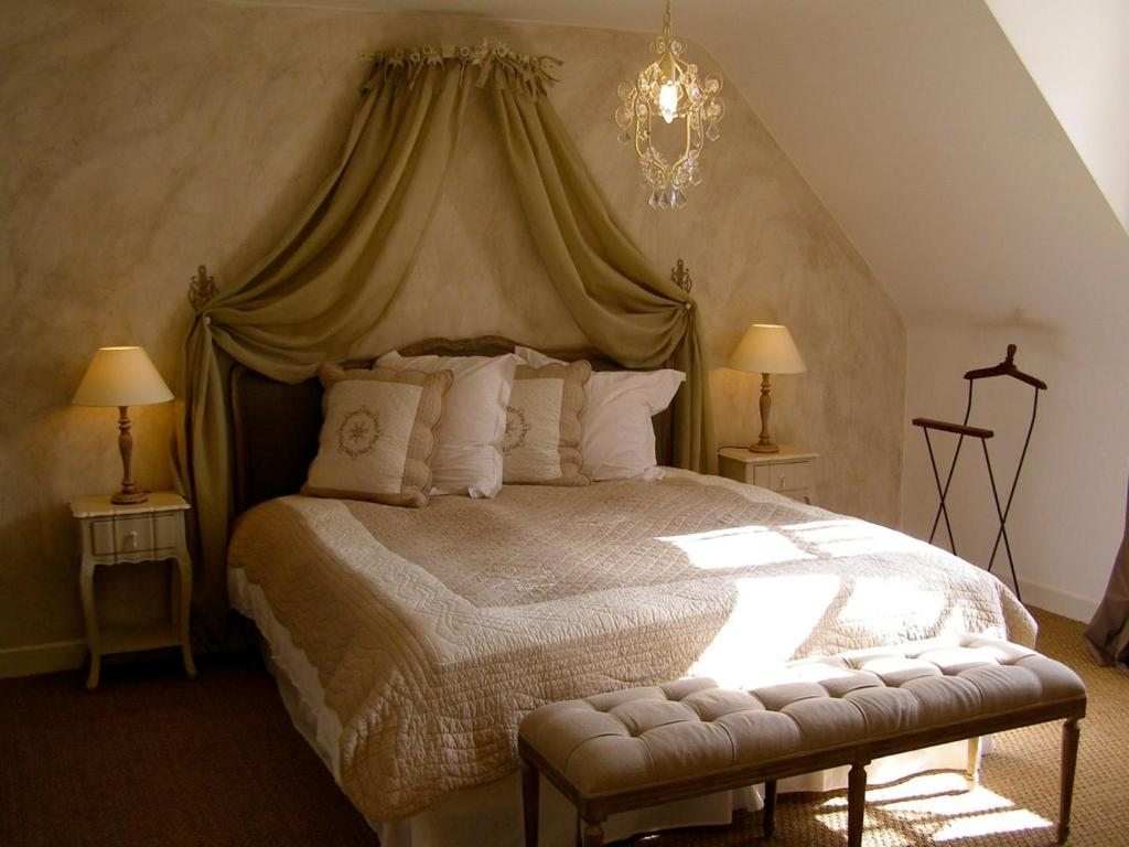 A bed or beds in a room at L'ange est rêveur