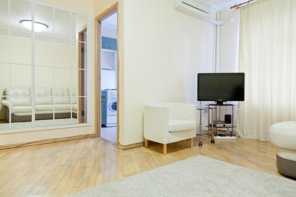 A television and/or entertainment center at KvartiraSvobodna - Apartment at Bolshoy Kondratyevskiy
