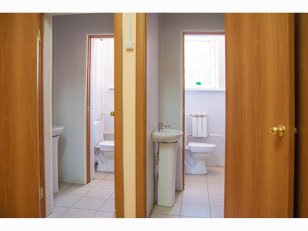 A bathroom at Hostel Yoshkin Kot