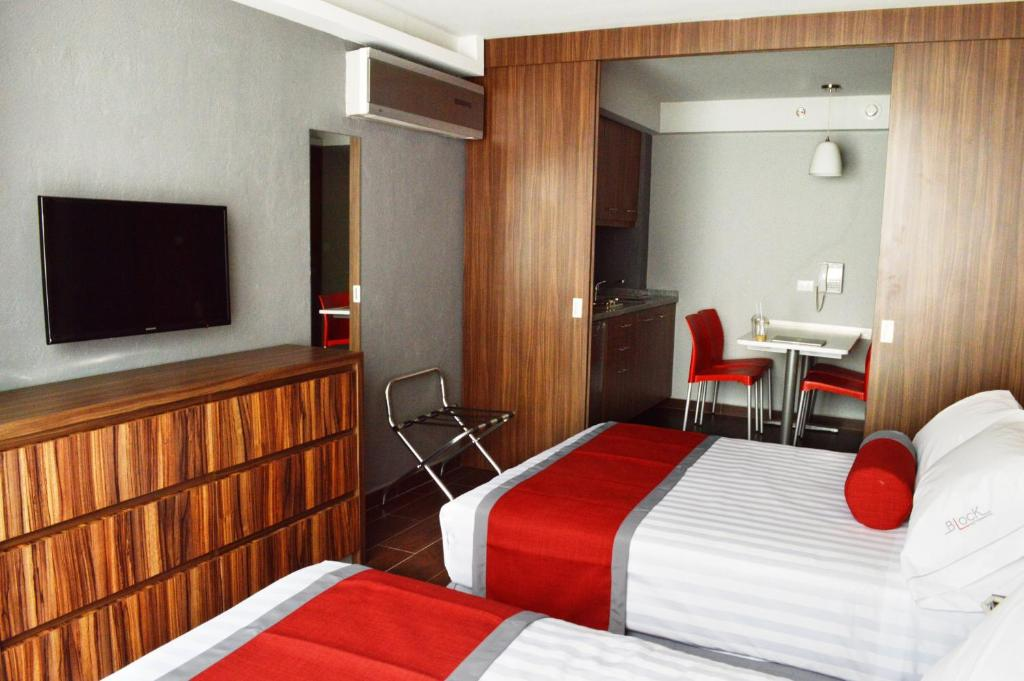 A bed or beds in a room at Hotel Block Suites