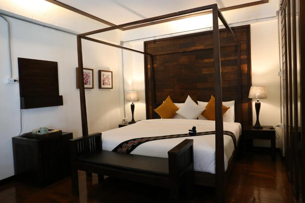 A bed or beds in a room at Kampaeng Ngam Hotel