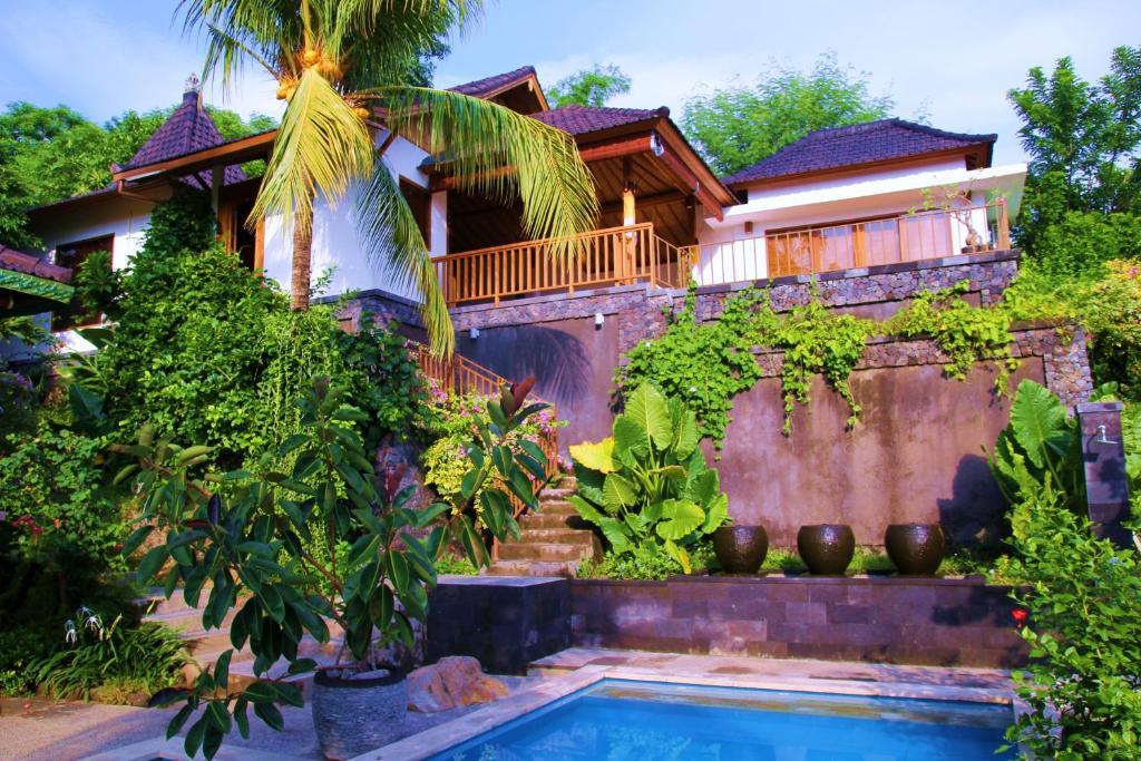 Der Swimmingpool an oder in der Nähe von Bali Marina Villa's