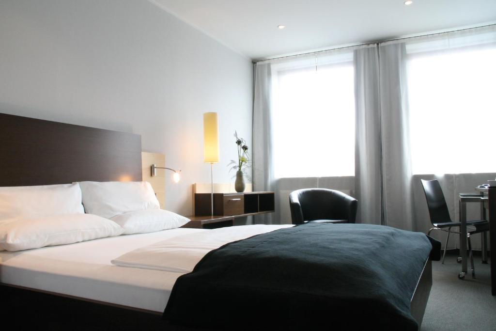 A bed or beds in a room at Schiller 5 Hotel