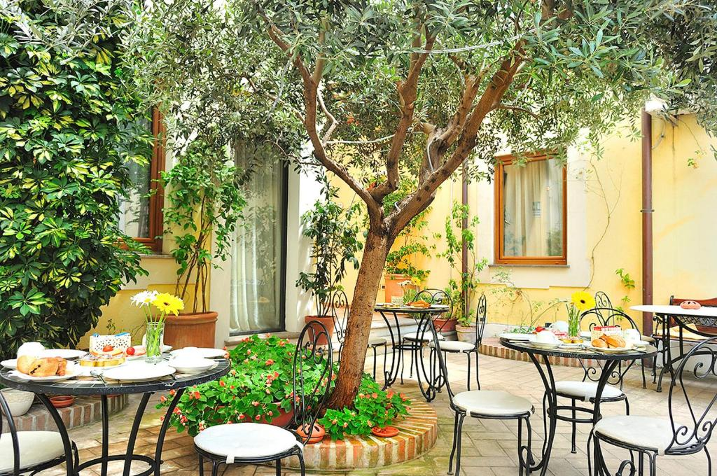 A restaurant or other place to eat at Relais Le Clarisse