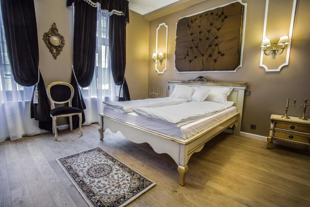 A bed or beds in a room at Casa Timpuri Vechi