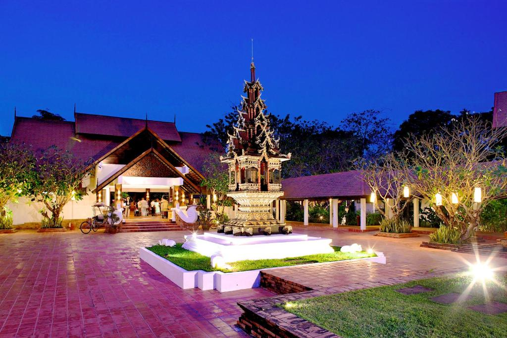 المسبح في The Legend Chiang Rai Boutique River Resort & Spa أو بالجوار