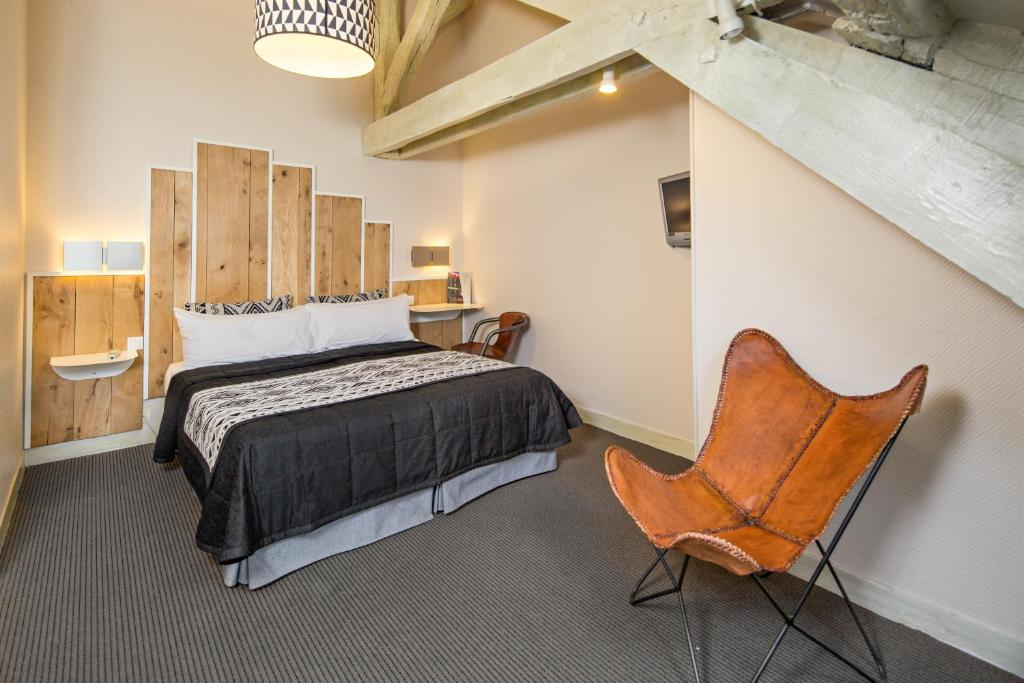 A bed or beds in a room at Hotel Claret