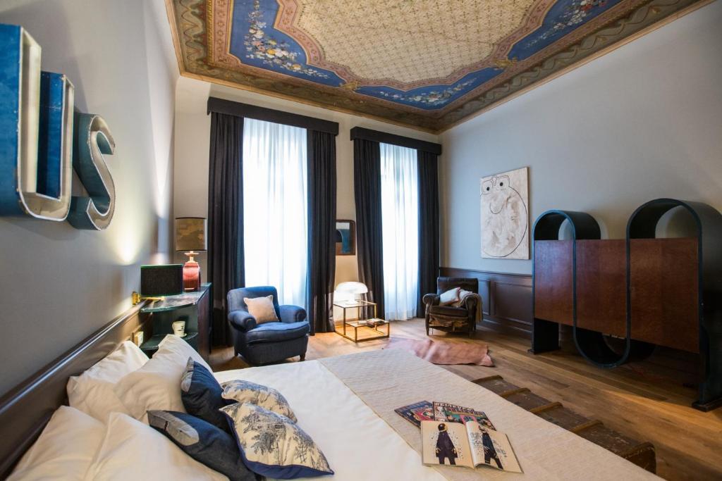Een zitgedeelte bij Soprarno Suites