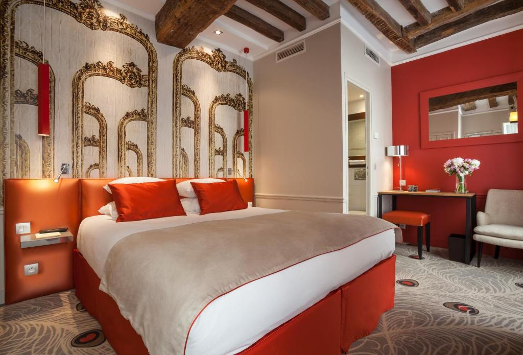 A bed or beds in a room at Le Clos Medicis