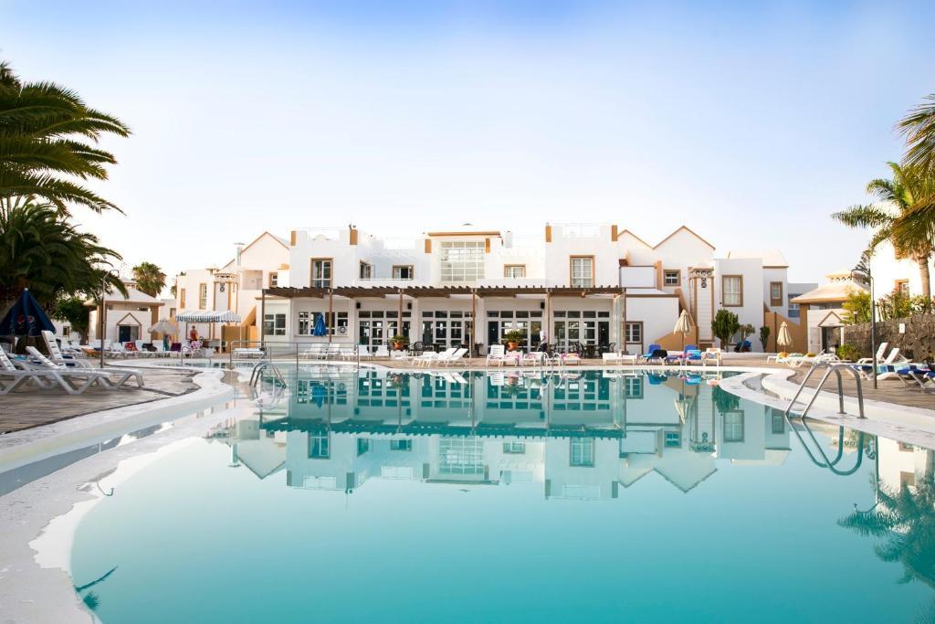 Het zwembad bij of vlak bij Apartamentos Morromar THe Home Collection