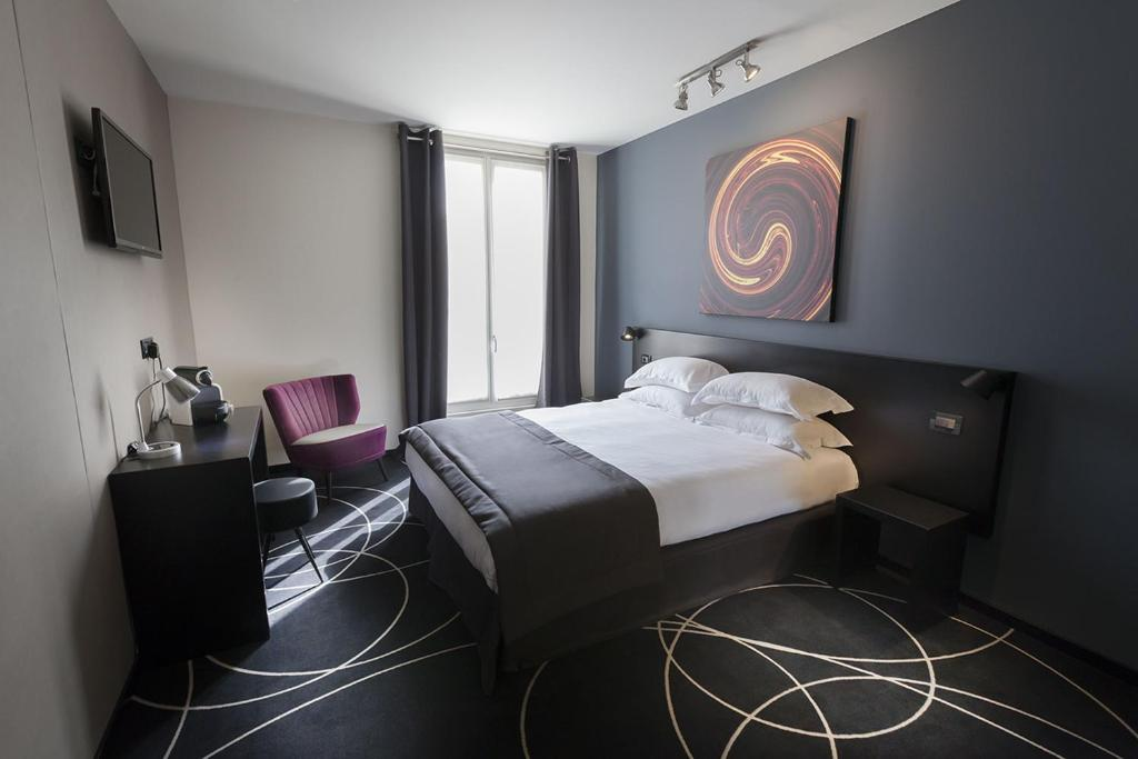 A bed or beds in a room at Helussi Hôtel