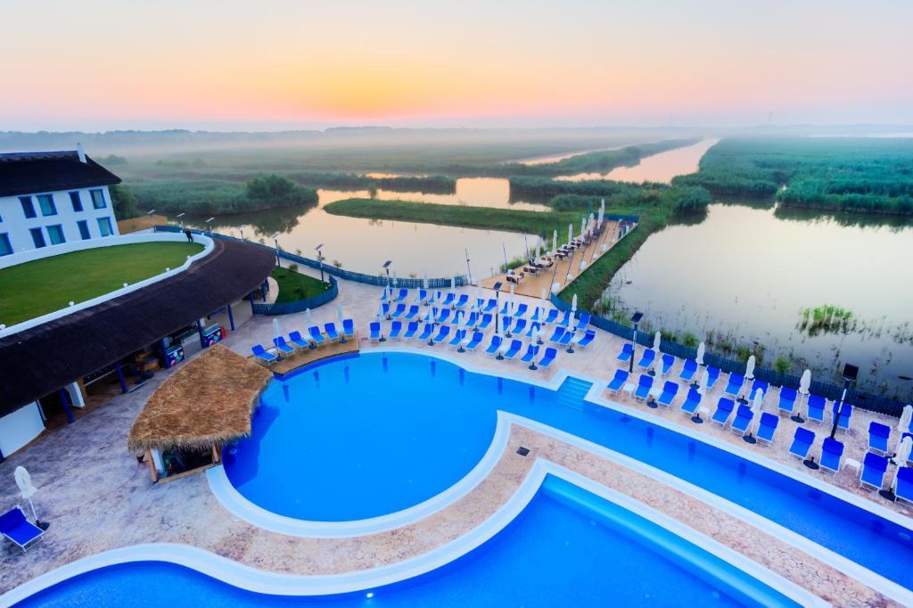 Vaizdas į baseiną apgyvendinimo įstaigoje Peninsula Resort arba netoliese