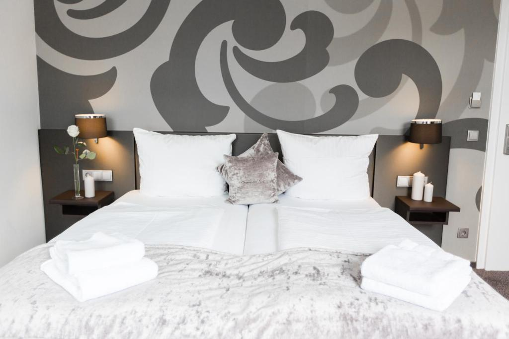 A bed or beds in a room at Hotel am Festspielhaus Bayerischer Hof - Superior