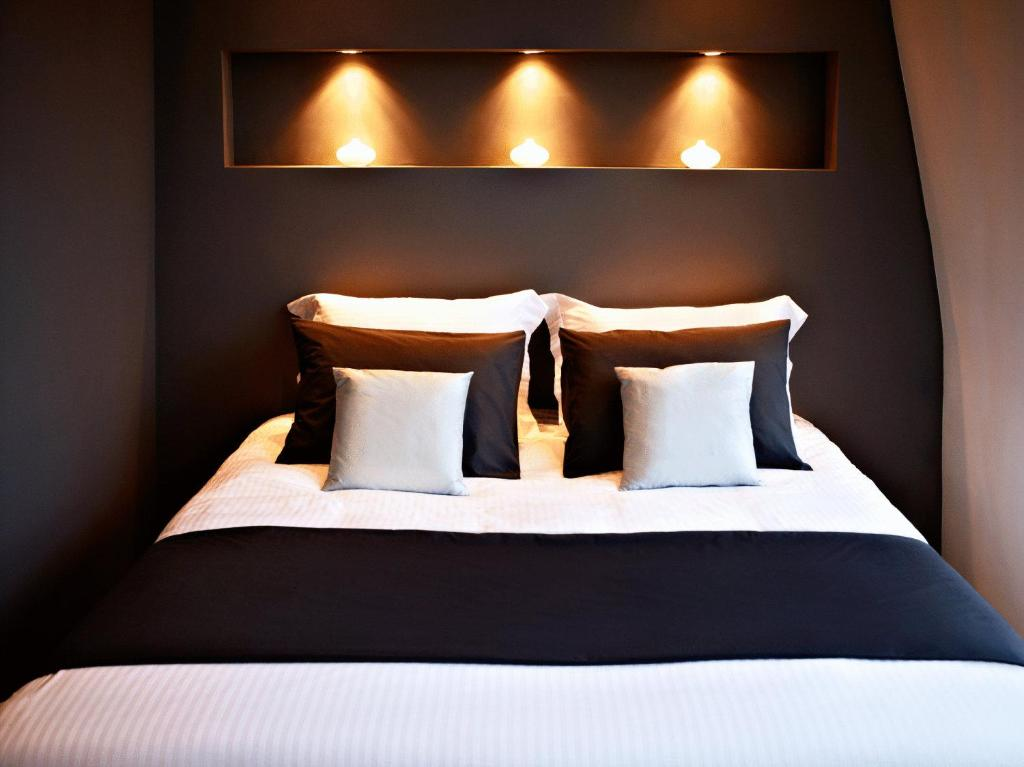 A bed or beds in a room at AMS Suites