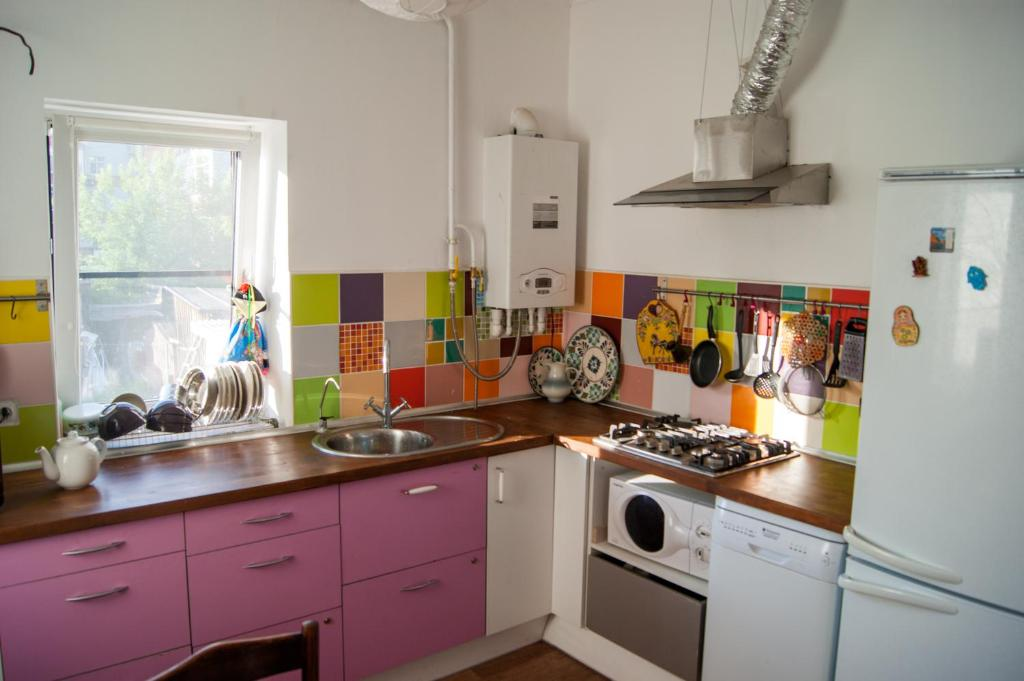 Кухня или мини-кухня в Хостел Изба