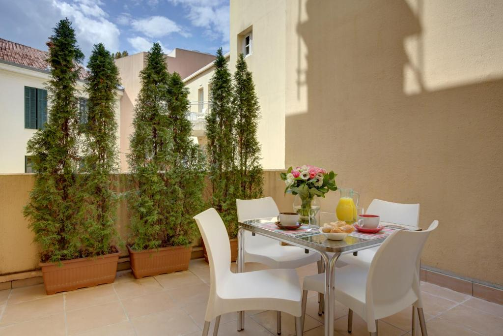 A restaurant or other place to eat at Citadines Apart'hotel Cannes Croisette