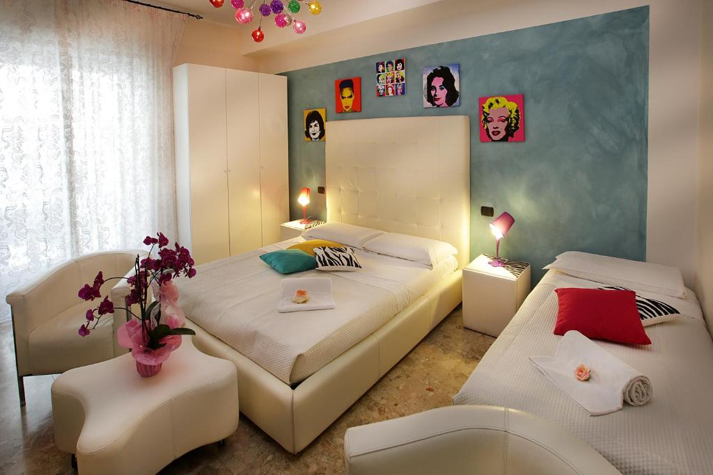 A bed or beds in a room at Easy Dream Rooms