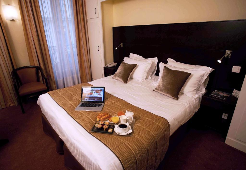 A bed or beds in a room at Hotel du Nord et de l'Est
