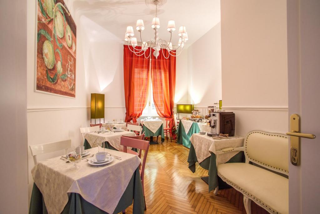 A restaurant or other place to eat at Roma In Una Stanza Guesthouse