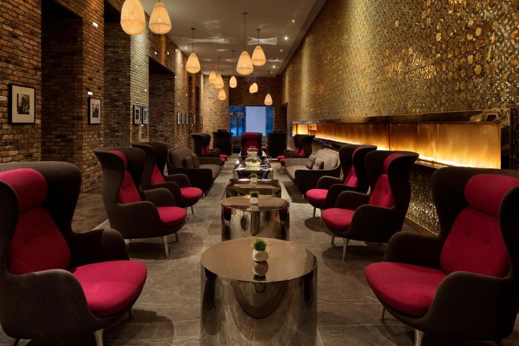 The lounge or bar area at Radisson Blu Aqua Hotel Chicago