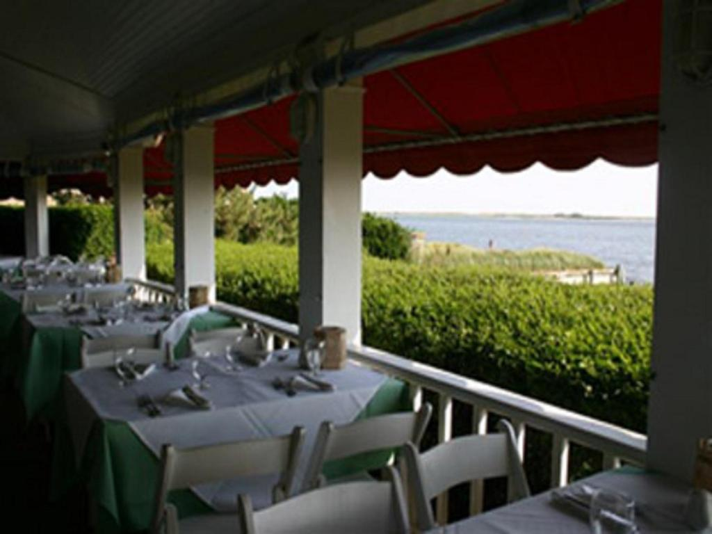 A restaurant or other place to eat at The Inn Spot on The Bay
