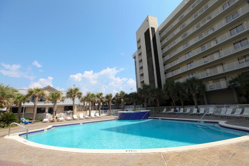 The swimming pool at or near Mainsail Resort