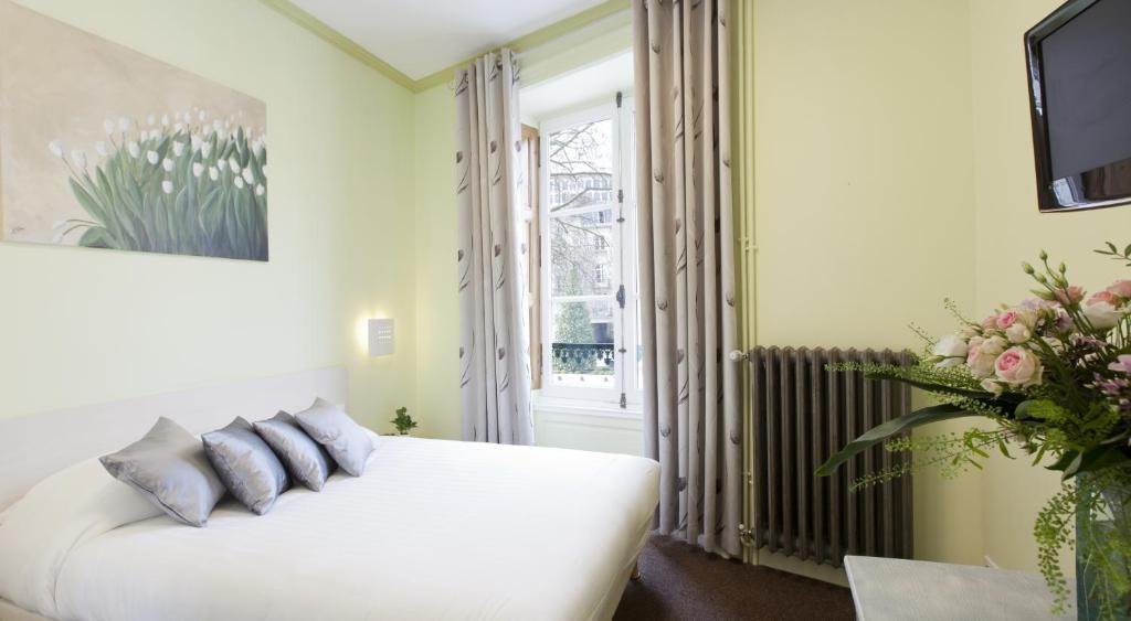 Un ou plusieurs lits dans un hébergement de l'établissement Logis Hôtel Duquesne