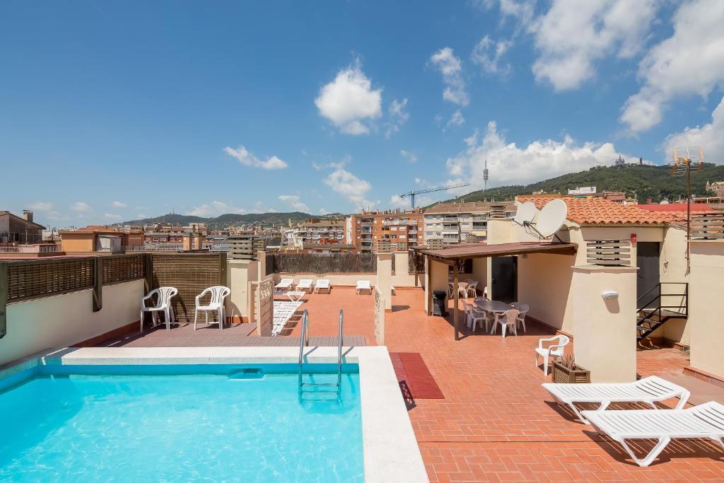 בריכת השחייה שנמצאת ב-Aparthotel Bertrán או באזור