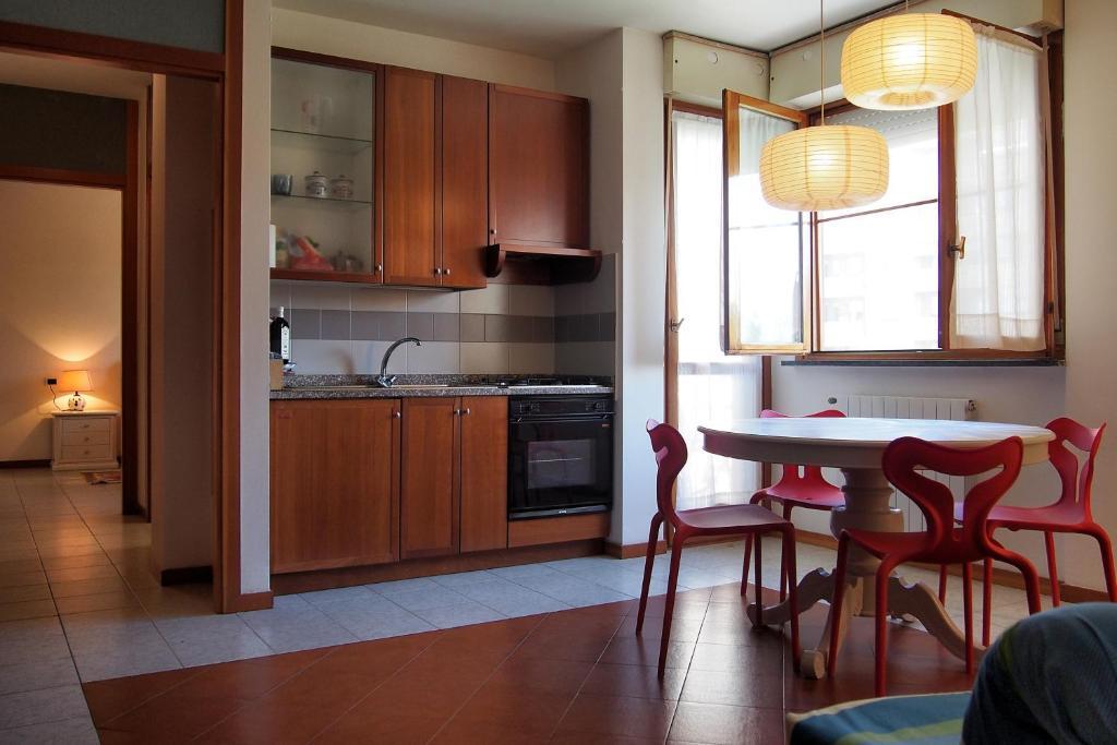 O bucătărie sau chicinetă la Good Morning Pisa