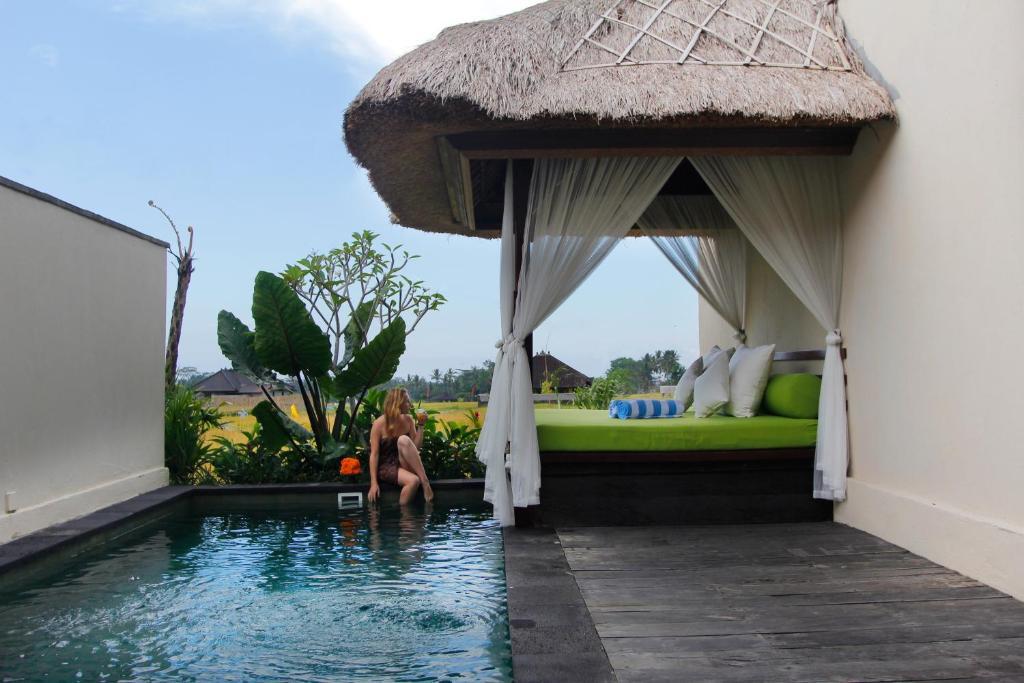 The swimming pool at or close to Alam Puisi Villa