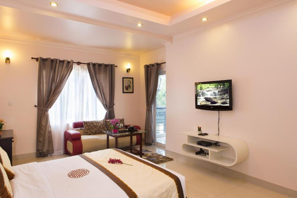 A television and/or entertainment center at Thao Nguyen Hotel