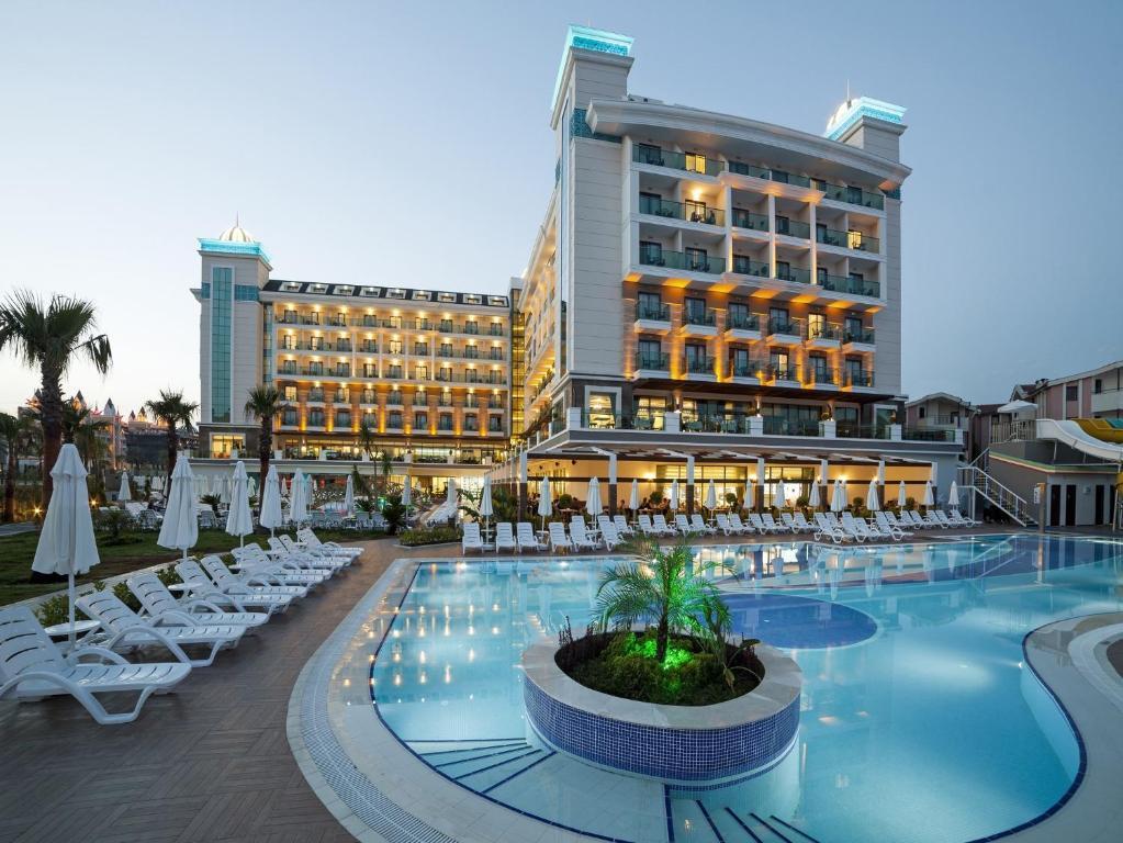 Бассейн в Luna Blanca Resort & SPA - Ultra All Inclusive или поблизости