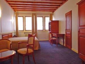 TV a/nebo společenská místnost v ubytování Hôtel Losset