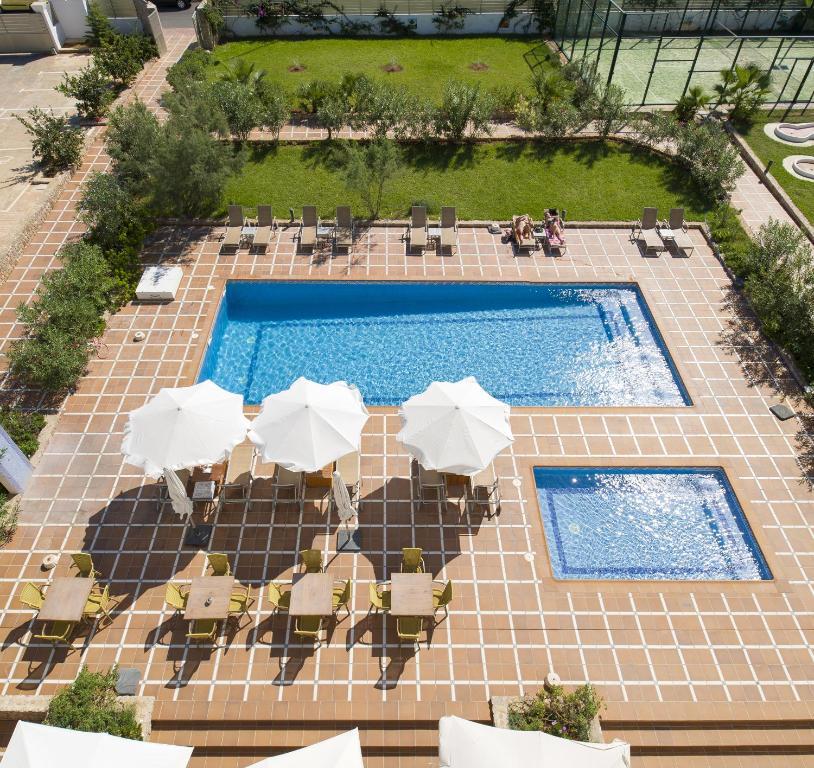 Vista sulla piscina di Bon Sol Prestige - AB Group o su una piscina nei dintorni
