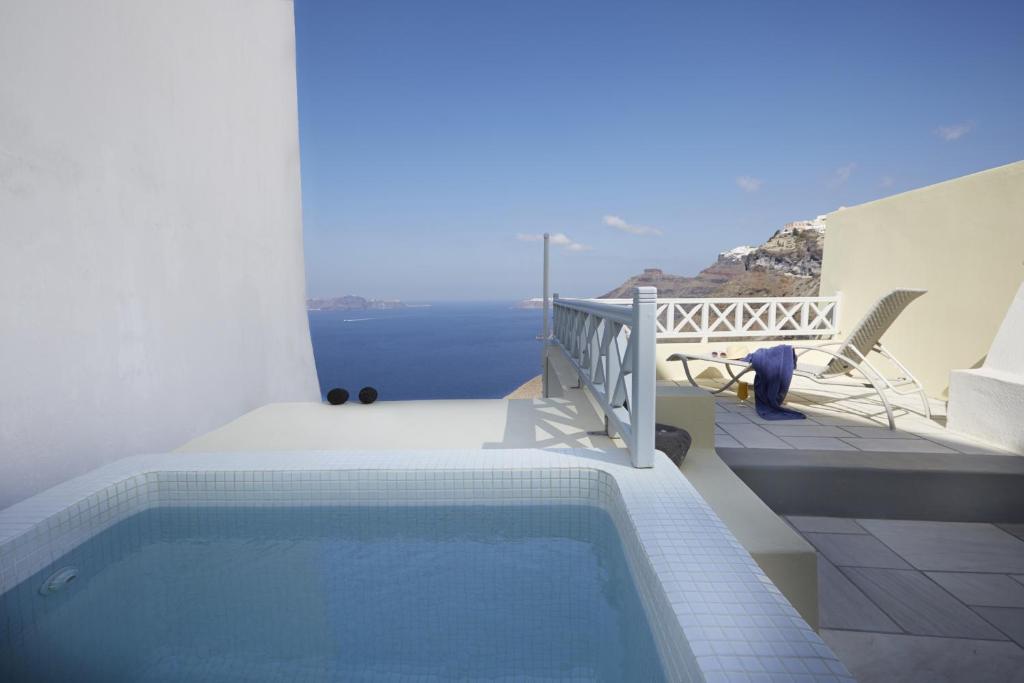 Bazén v ubytování Cori Rigas Suites nebo v jeho okolí