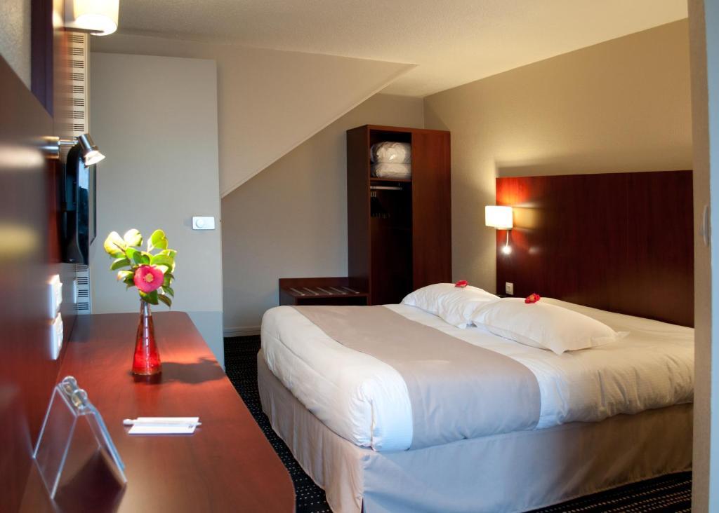 Un ou plusieurs lits dans un hébergement de l'établissement Kyriad Saint-Malo Dinard