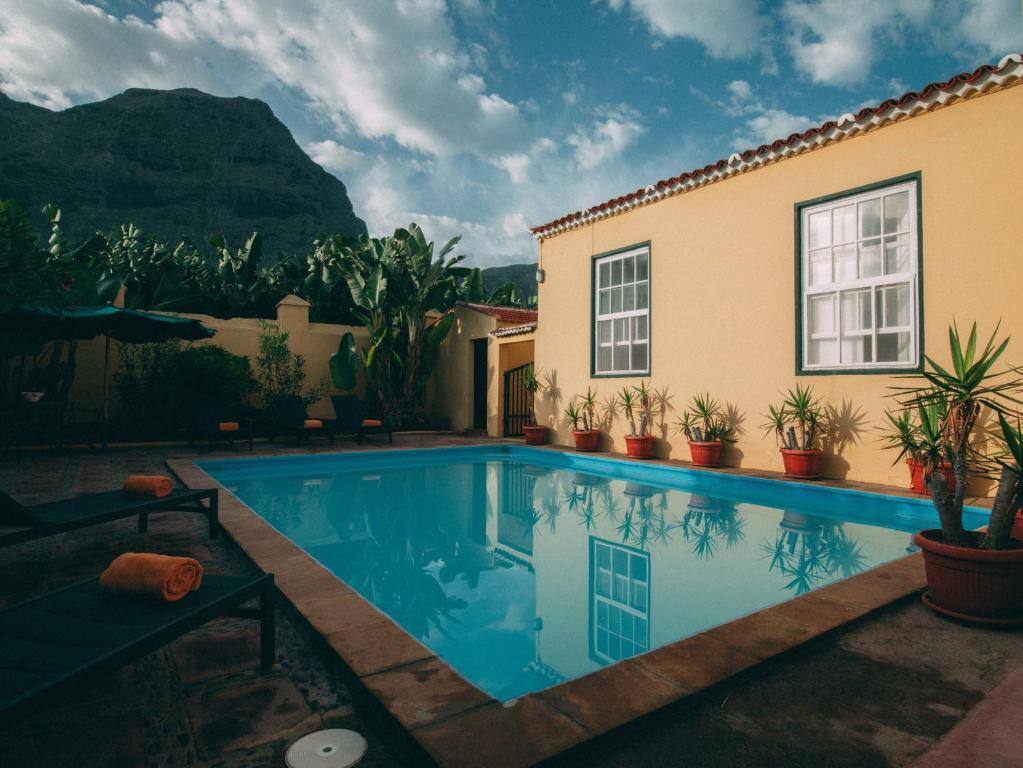 The swimming pool at or near Hotel Rural La Casa Amarilla
