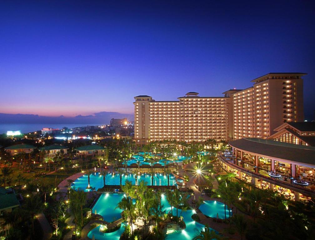 Вид на бассейн в Howard Johnson Resort Sanya Bay или окрестностях