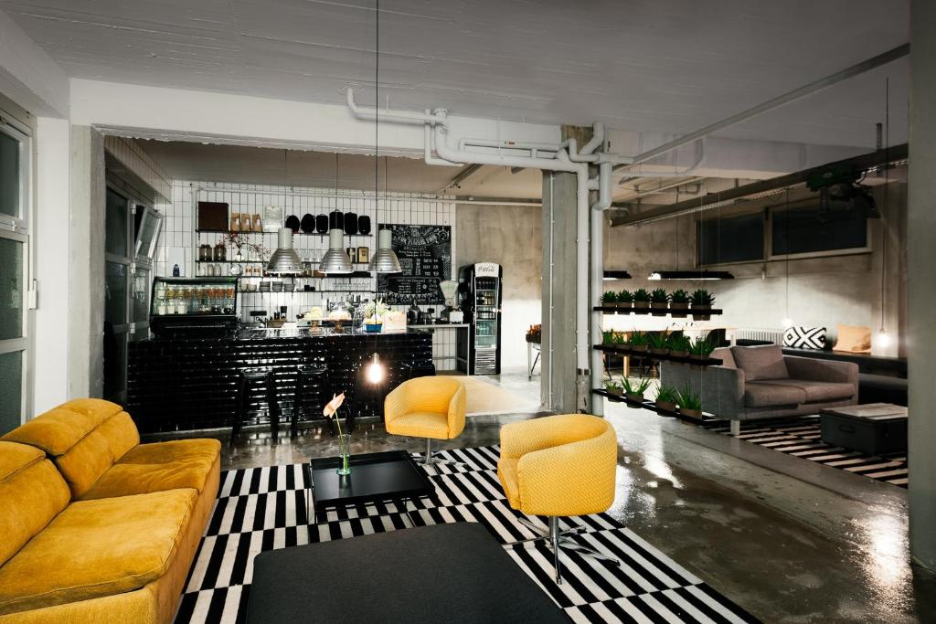 The lounge or bar area at Wallyard Concept Hostel Berlin