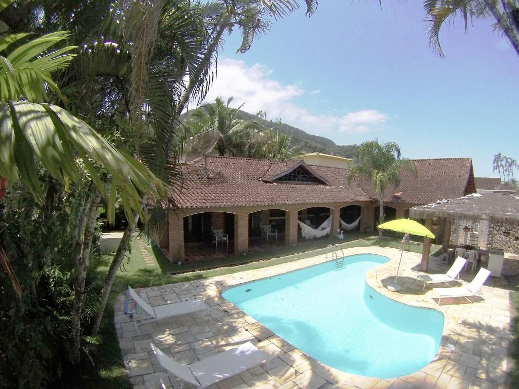 A piscina localizada em Pousada Na Praia Ubatuba ou nos arredores