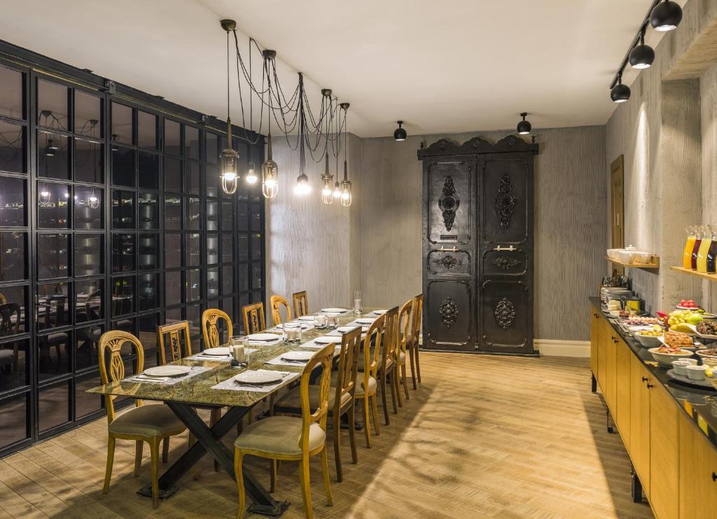 Un restaurante o sitio para comer en Nevv Bosphorus Hotel & Suites