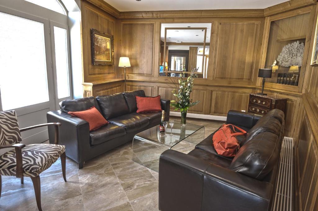 A seating area at Hotel De La Cite