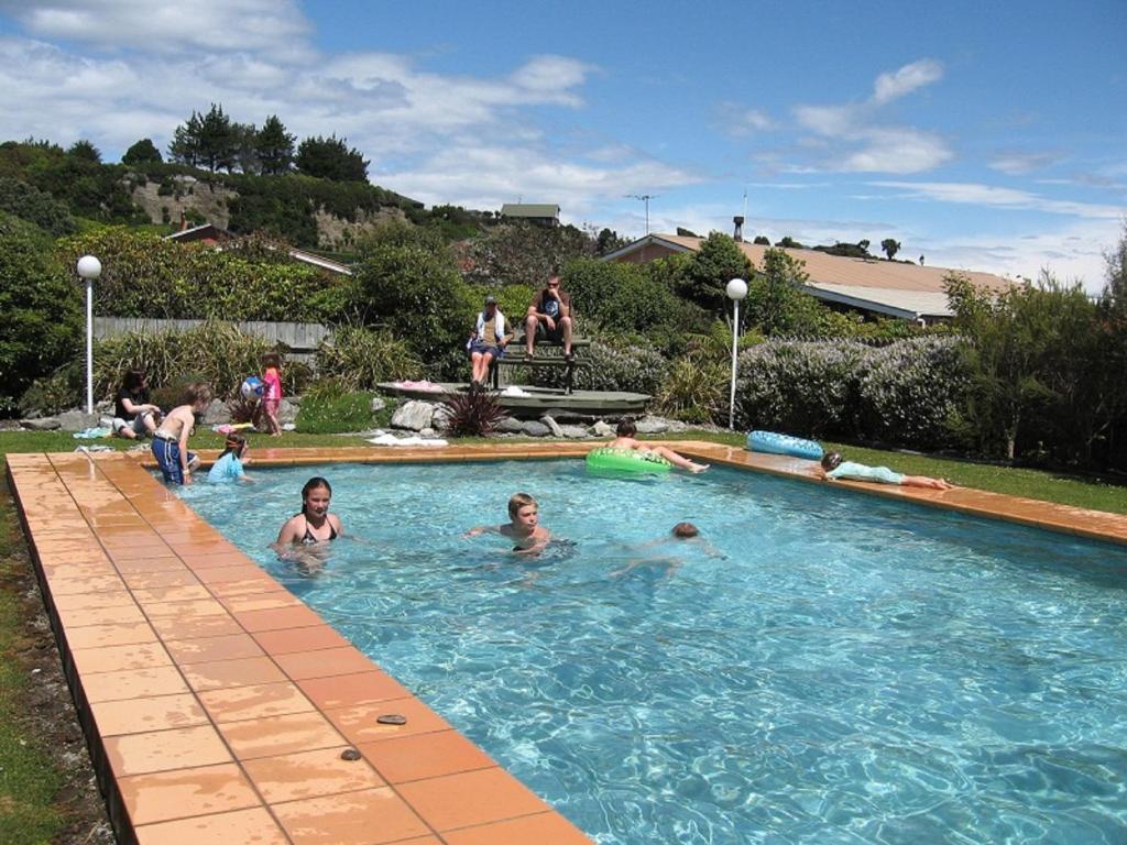 252海濱汽車旅館及假日公園游泳池或附近泳池