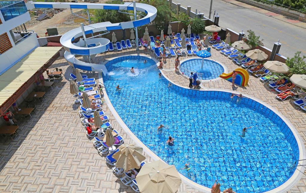 Вид на бассейн в Blue Wave Suite Hotel или окрестностях