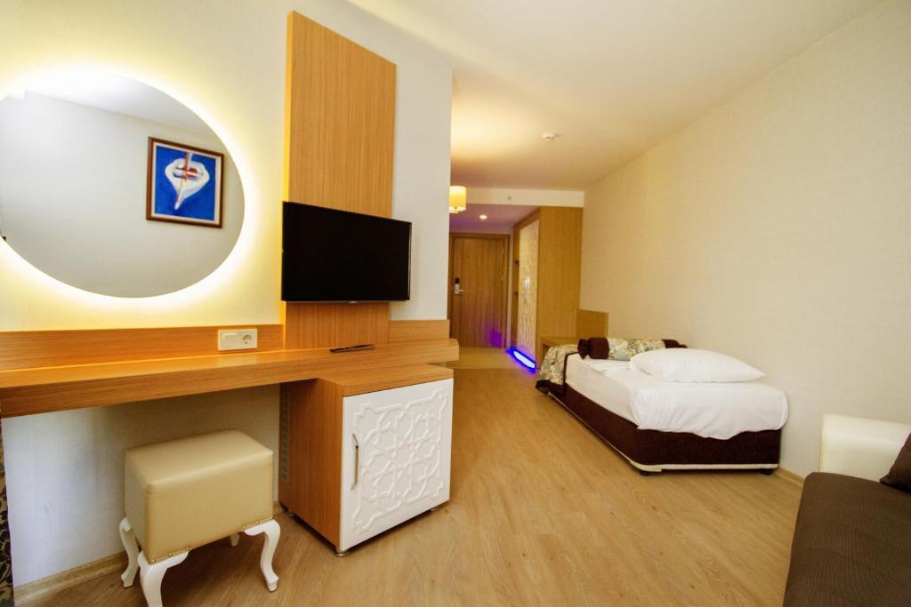 Телевизор и/или развлекательный центр в Blue Wave Suite Hotel